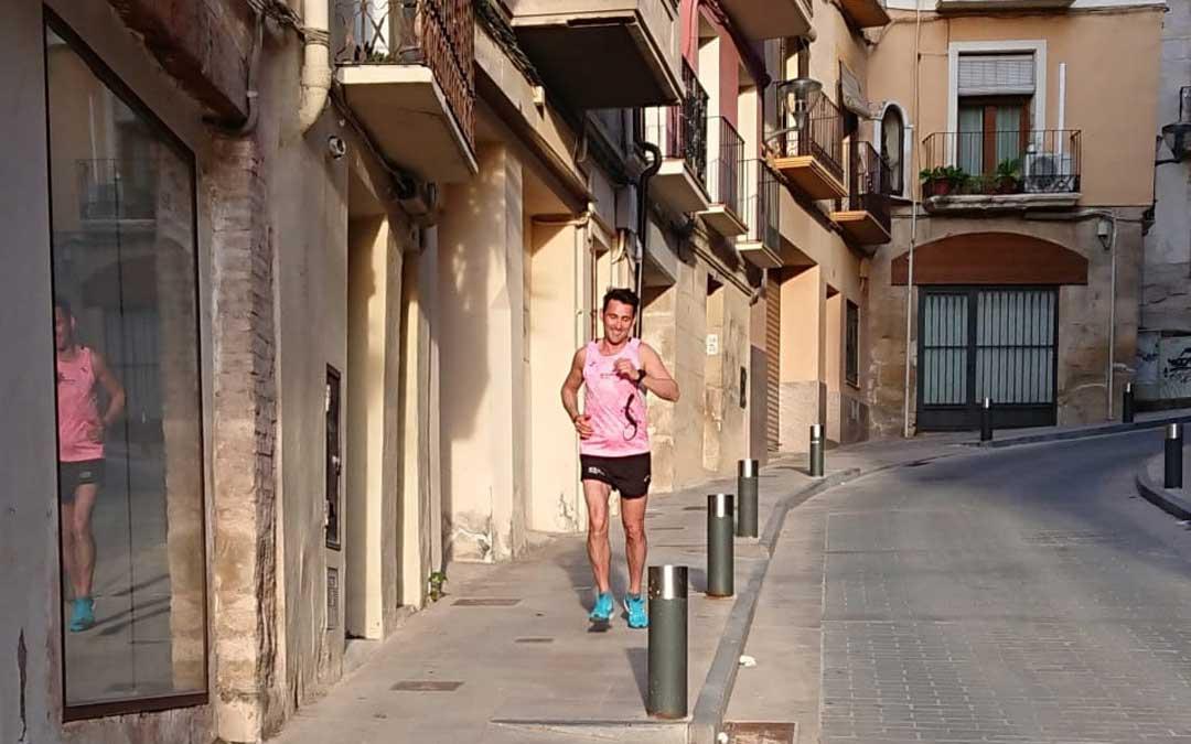 Jesús García, calle Mayor de Alcañiz abajo en el primer día de desconfinamiento deportivo. / L.C.