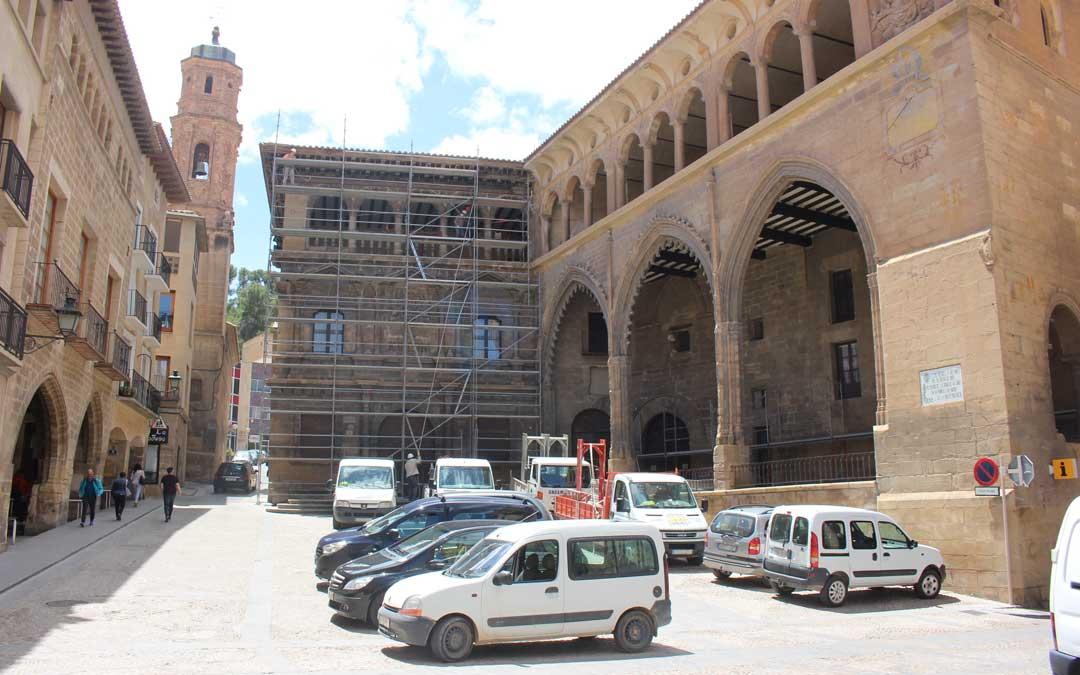 La fachada del Ayuntamiento y la Lonja de Alcañiz, en la restauración en mayo de 2019. Es uno de los muchos ejemplos de riqueza patrimonial del territorio. / L. Castel