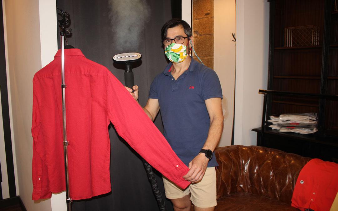 Luis Cascales, en su establecimiento de ropa de hombre Malasaña. / L. Castel