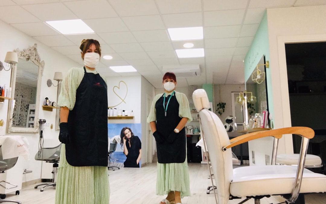 Sandra Jiménez e Ingrid Gonzales, de Kaótica peluquería en Andorra, fue una de las que abrió sus puertas este lunes. / AEA