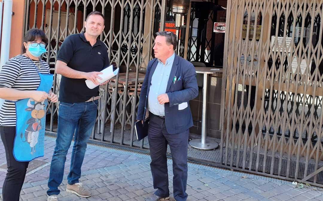 El concejal Sebastián Ruiz y el teniente alcalde Juan Ciércoles con la propietaria del bar Barrachina