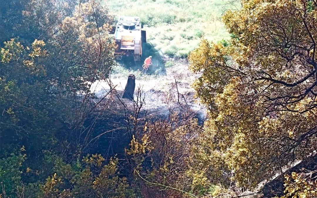 Las llamas han afectado a una ladera de matorral./ AAPNA