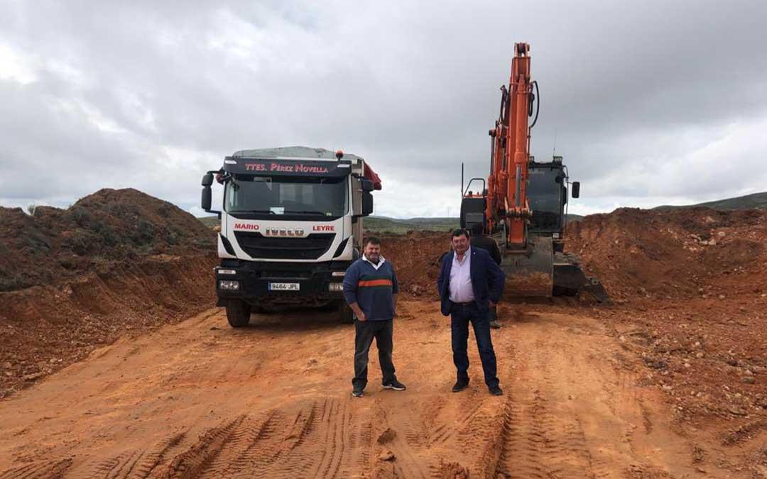 José Sancho (derecha) junto al alcalde de Huesa del Común durante una visita a los trabajos de mantenimiento de caminos en este municipio / DPT