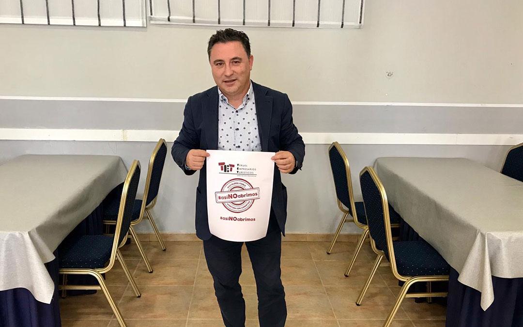 Juan Ciércoles, presidente de la Asociación Provincial Teruel Empresarios Turísticos, con el cartel de la campaña./ J.C.