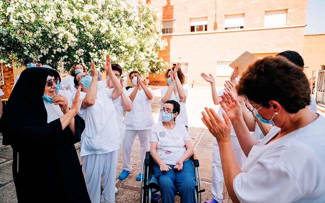 Residentes y personal del asilo aplaudiendo este viernes. Imagen: Cesáreo Larrosa
