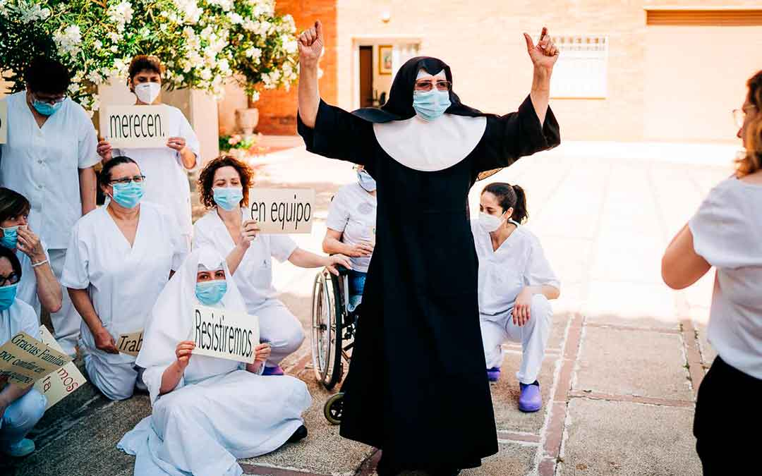 Una de las monjas celebrando que el centro esté libre de Covid-19. Imagen: Cesáreo Larrosa