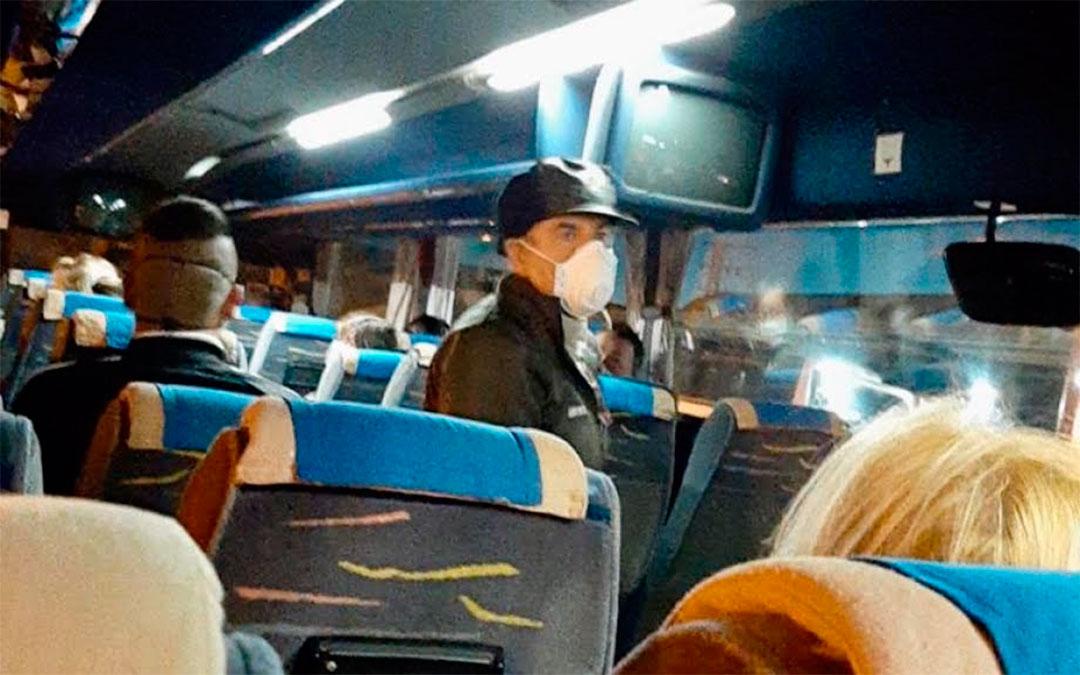 Autobús que ha desplazado a los temporeros este miércoles de Andorra a Sástago./ DGA