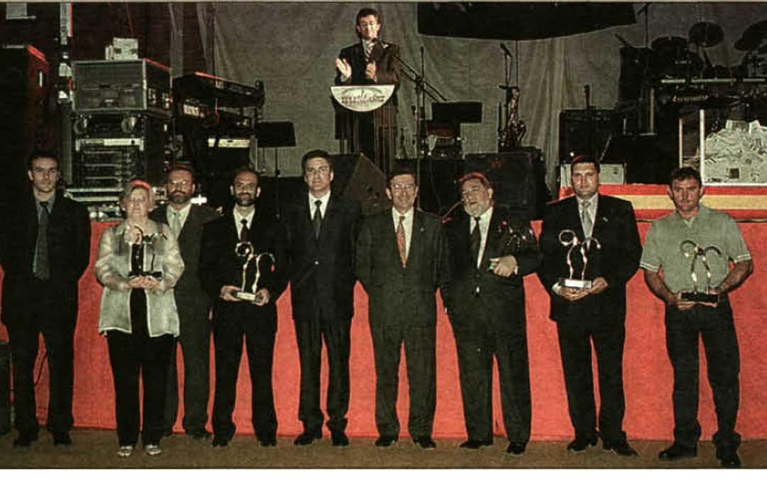 La tradicional 'foto de familia' de todos los premiados y las autoridades que entregaron los galardones de las Bajoaragoneses 2001 (Darío Vidal tercero por la izq)./LA COMARCA