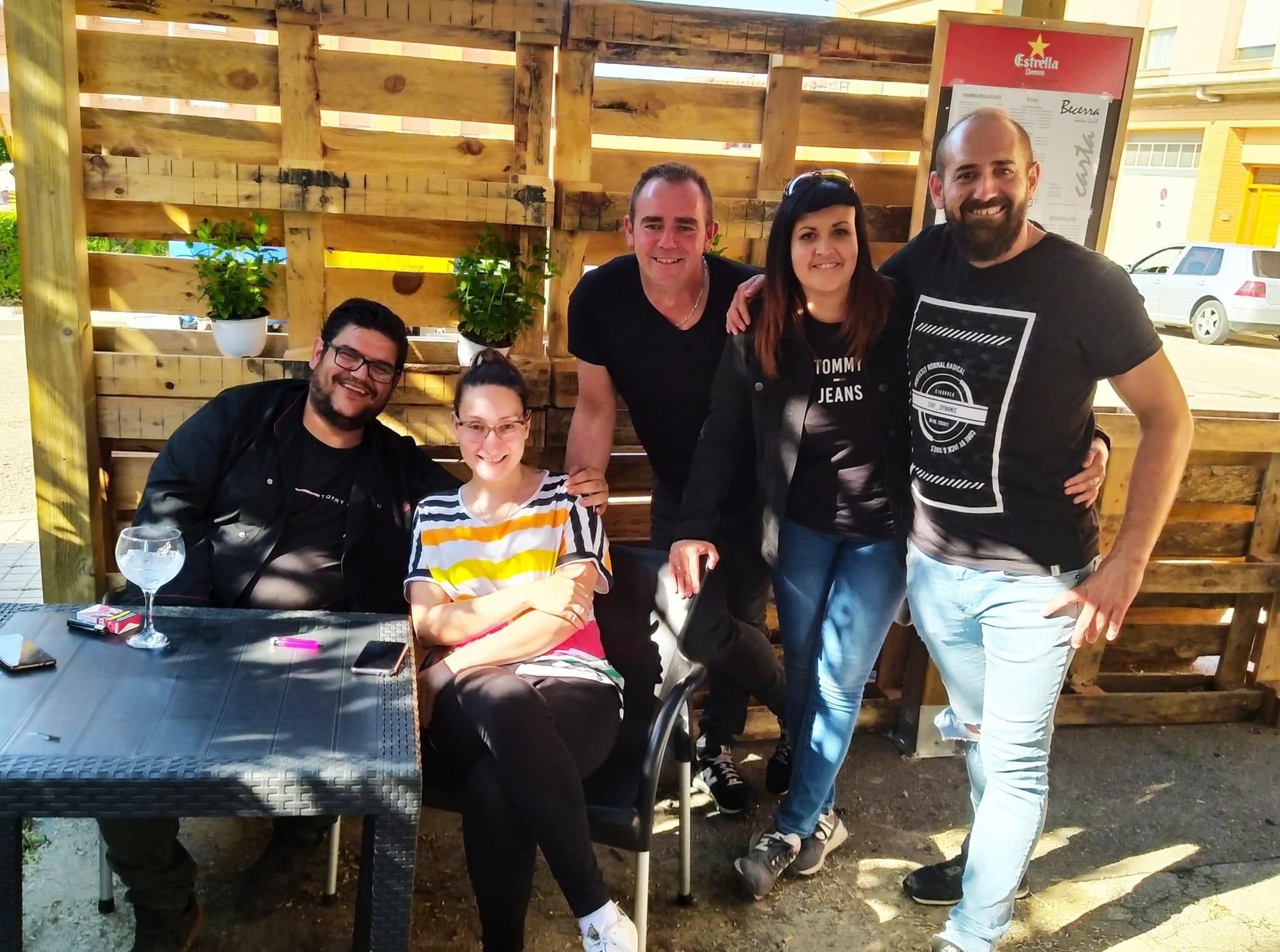 Emilio y Mario, del bar Becerra de Andorra, con unos clientes