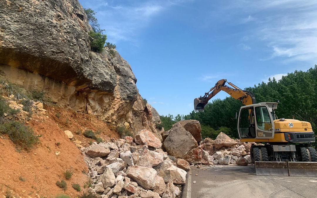 Una retro trabajando para retirar los desprendimientos en Berge