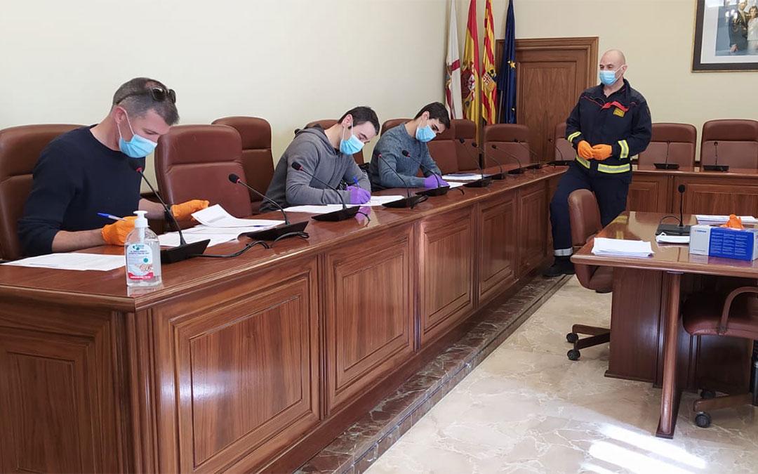 Algunos de los bomberos durante la firma como funcionarios, en presencia del Inspector Jefe del Servicio de Extinción de Incendios y Salvamento de la DPT, José Luis Moliner (de pie, con uniforme)./ L.C.