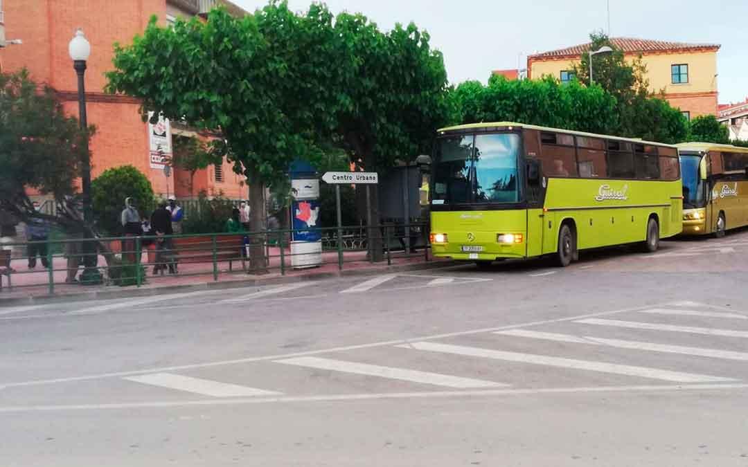 Varios temporeros esperan su vehículo en grupo antes de acudir a trabajar, en la plaza Aragón de Caspe, una de las más concurridas./ L.C.