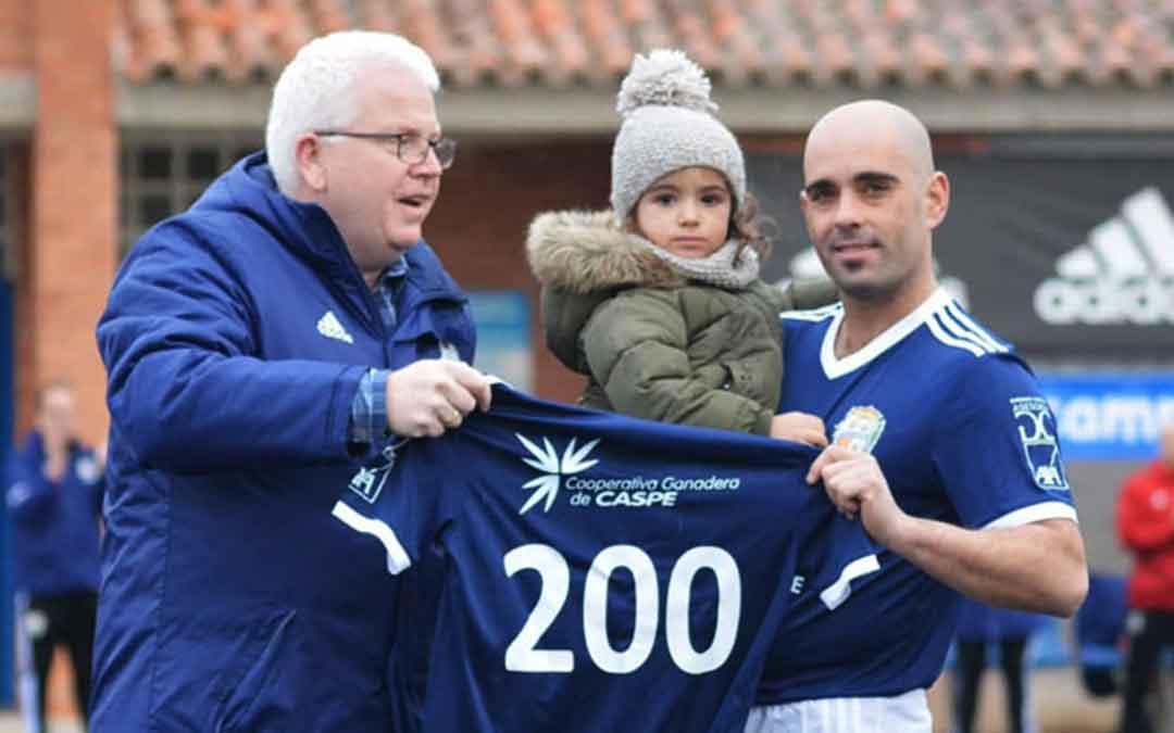 El jugador Carlos Gil junto al presidente del CD Caspe Manuel Piazuelo, recogiendo un reconocimiento por participar en 200 partidos. Imagen; Erika Martínez.