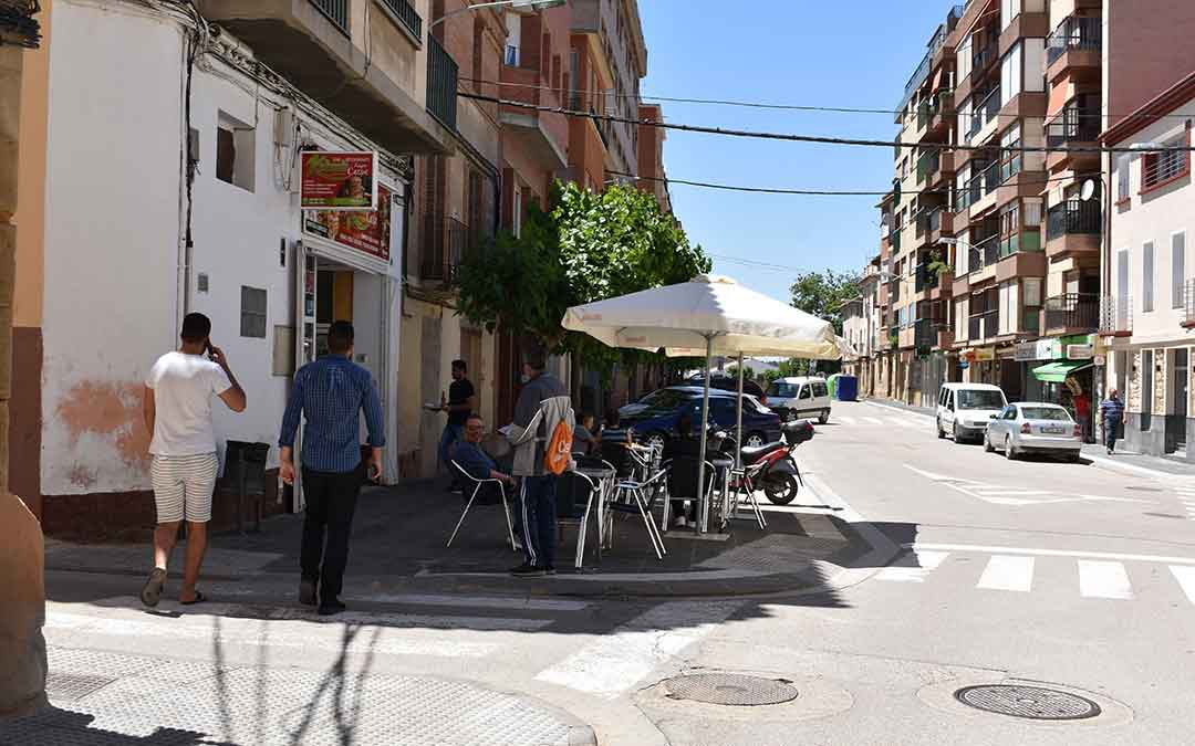 Ciudadanos paseando y disfrutando de las terrazas por Caspe./ L.Q.
