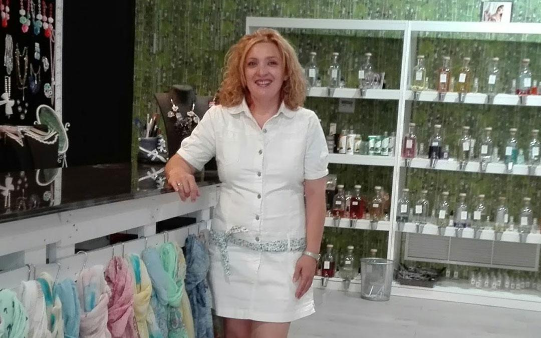 Silvia Montané, en su tienda de moda y complementos Feeling de Caspe.
