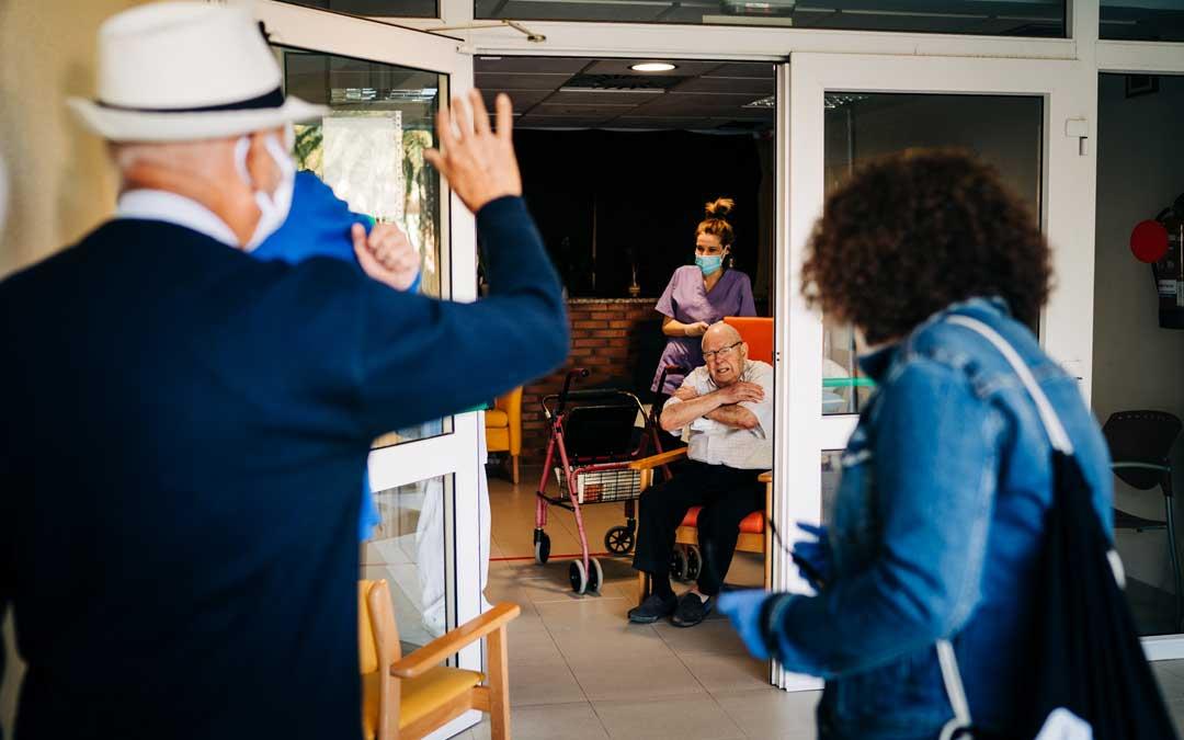 La familia de Mariano Cebrián pudo acudir a la visita organizada por la residencia de Caspe. Foto: Cesáreo Larrosa.