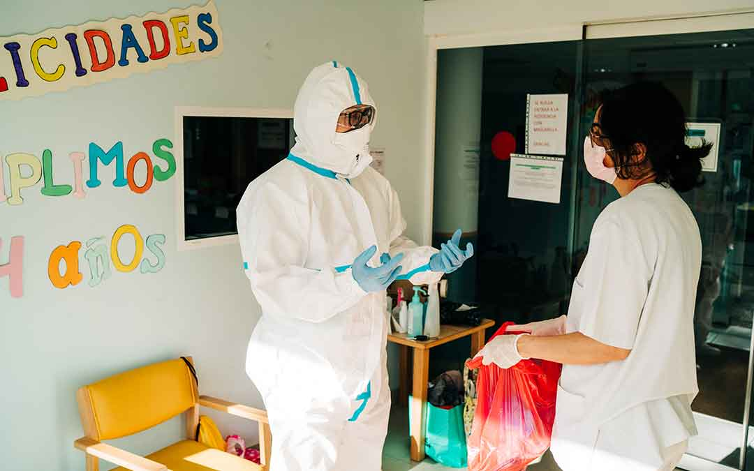 Un doctor sale de ver a una paciente dentro de la residencia. Imagen: Cesáreo Larrosa.