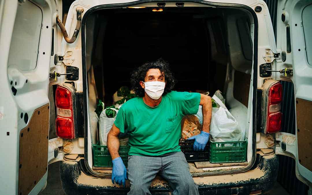 Un trabajador durante la vuelta a la actividad empresarial en Caspe.Imagen: Cesáreo Larrosa.
