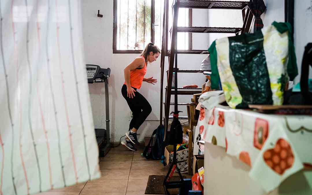 La tenista profesional caspolina Irene Burillo durante un entrenamiento en su casa. Imagen: Cesáreo Larrosa.