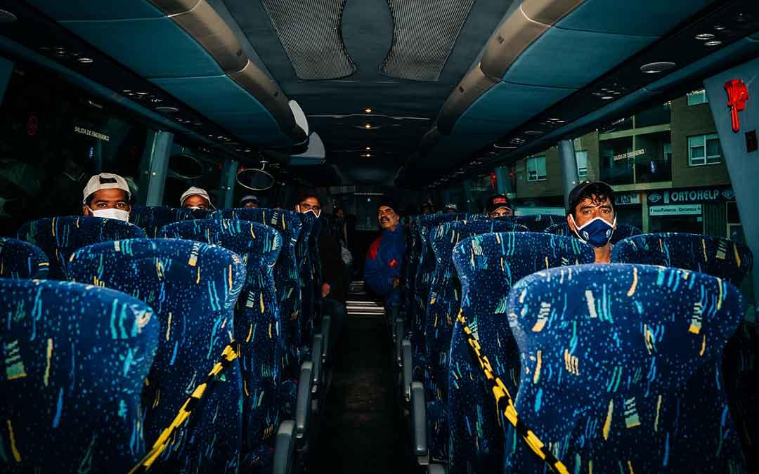 Varios temporeros en un autobús para dirigirse al campo a trabajar. Imagen: Cesáreo Larrosa.