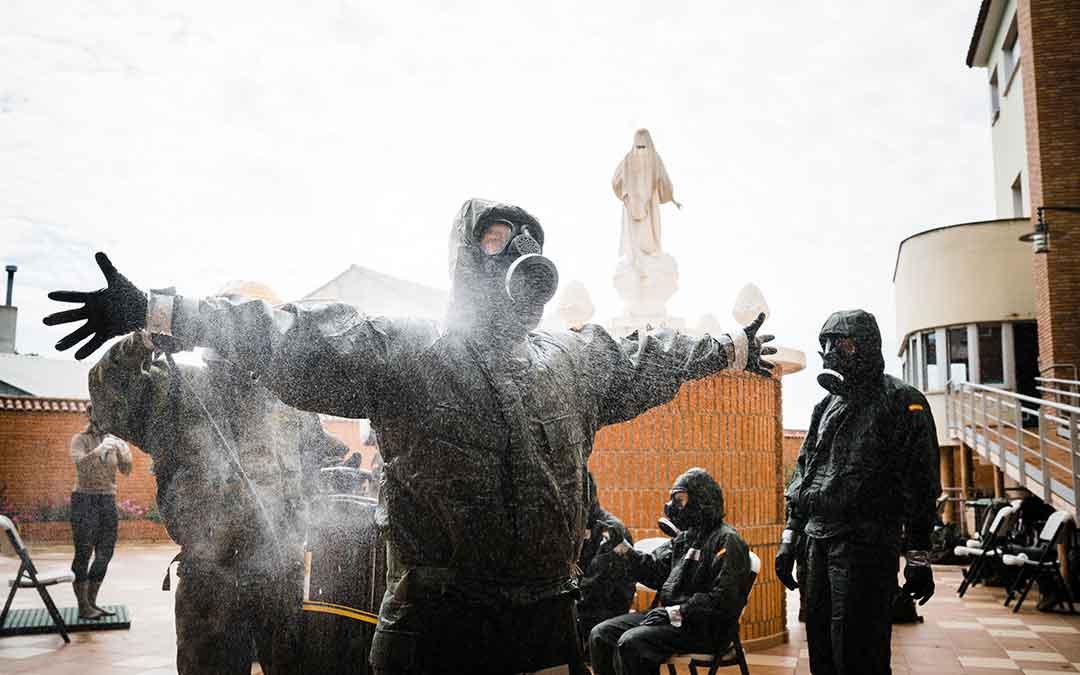 Un miembro del Ejército de Tierra desinfectándose antes de entrar a la residencia de Caspe. Imagen: Cesáreo Larrosa.