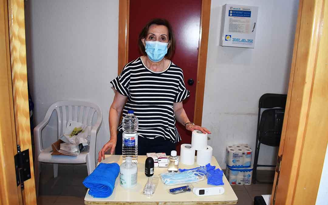 La concejal de Bienestar Social del Ayuntamiento de Caspe, Alicia Clavería, prepara los kits de ayuda para temporeros en el pabellón municipal, lugar donde se realiza el reparto y tiene lugar el servicio de duchas.