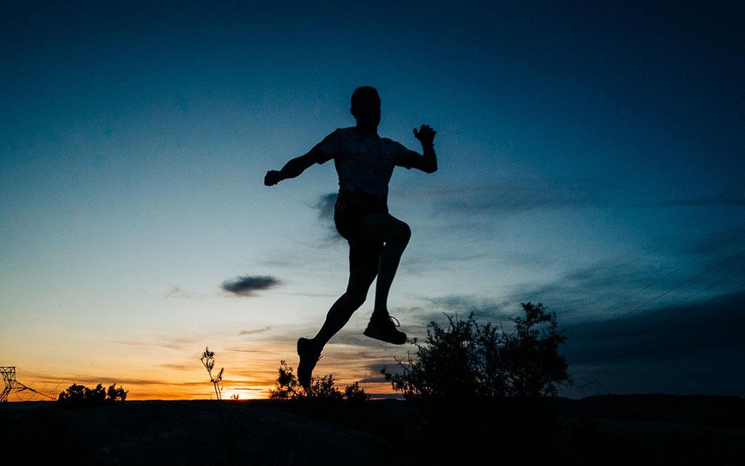 Algunos deportistas han visto hoy amanecer mientras practicaban ejercicio, como este Caspolino del Club de Montaña Zalagarda./ Cesáreo Larroza