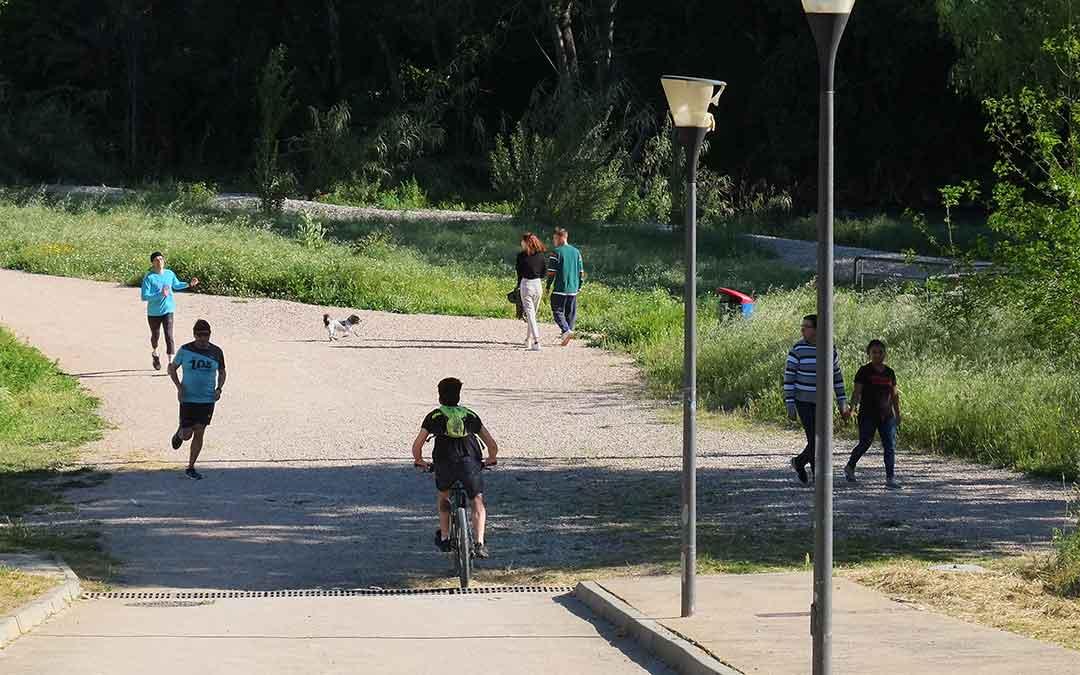 La distancia de seguridad se ha mantenido en la mayoría de ocasiones. En la imagen, Alcañiz a las 09.30 de este sábado./ A.M.