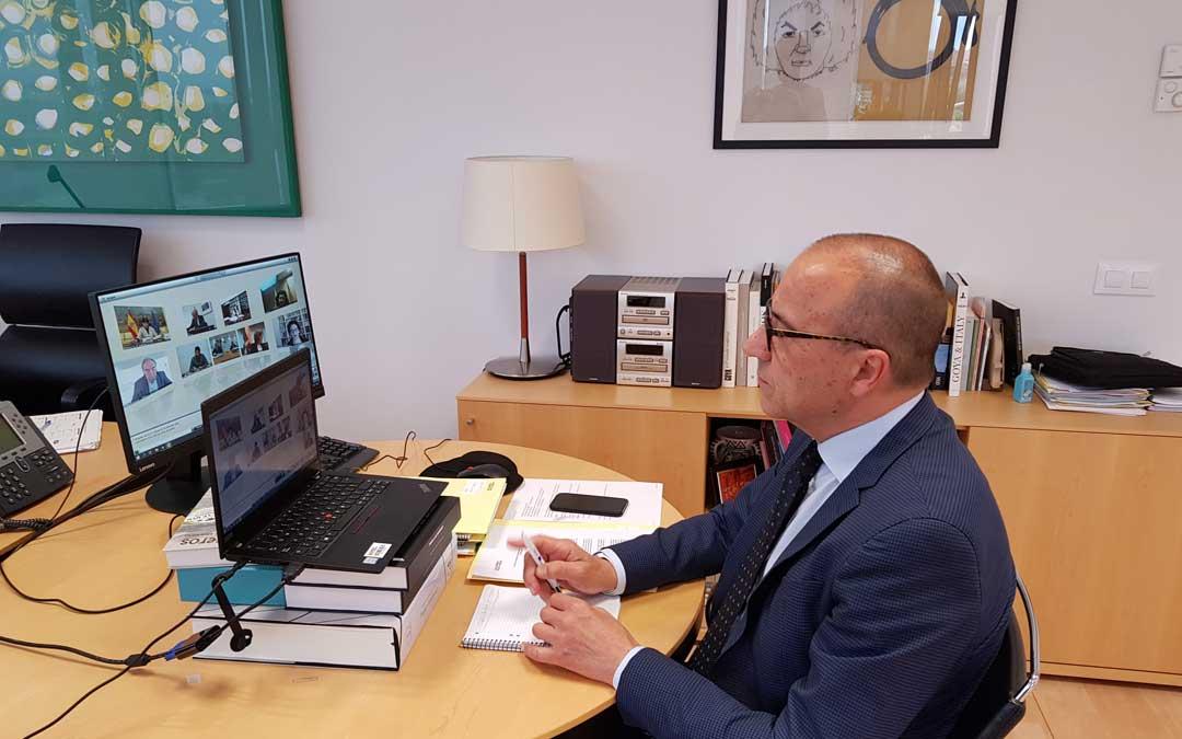 Felipe Faci, reunido en la Sectorial de Educación. / DGA