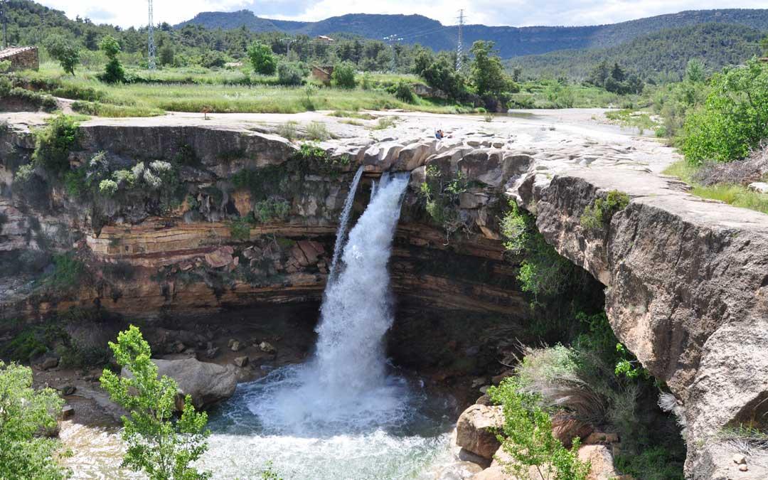 El Salt del río Tastavins en La Portellada luce con un abundante caudal.