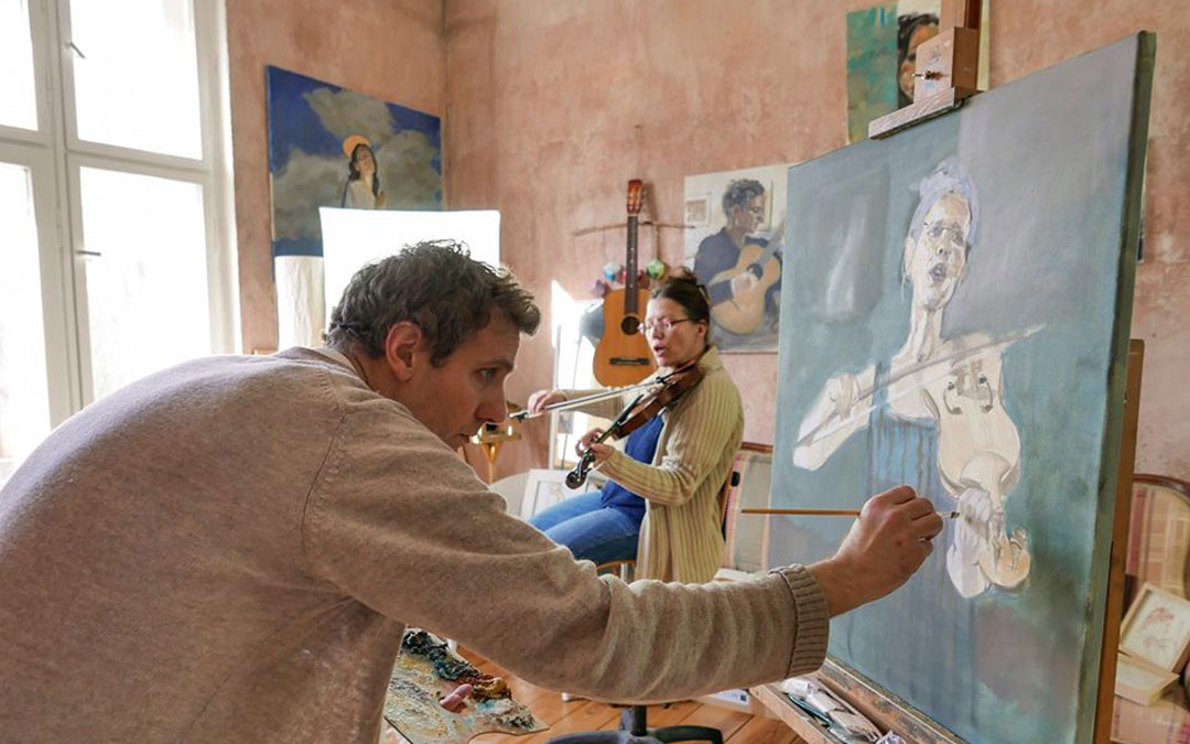 En plena ejecución en su estudio de la serie 'musicians' para la muestra 'Skizzierte Töne'. / Archivo personal