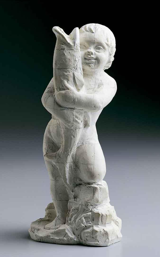Imagen de la escultura 'Niño con un gran pez', la cual está buscando la familia del artista.