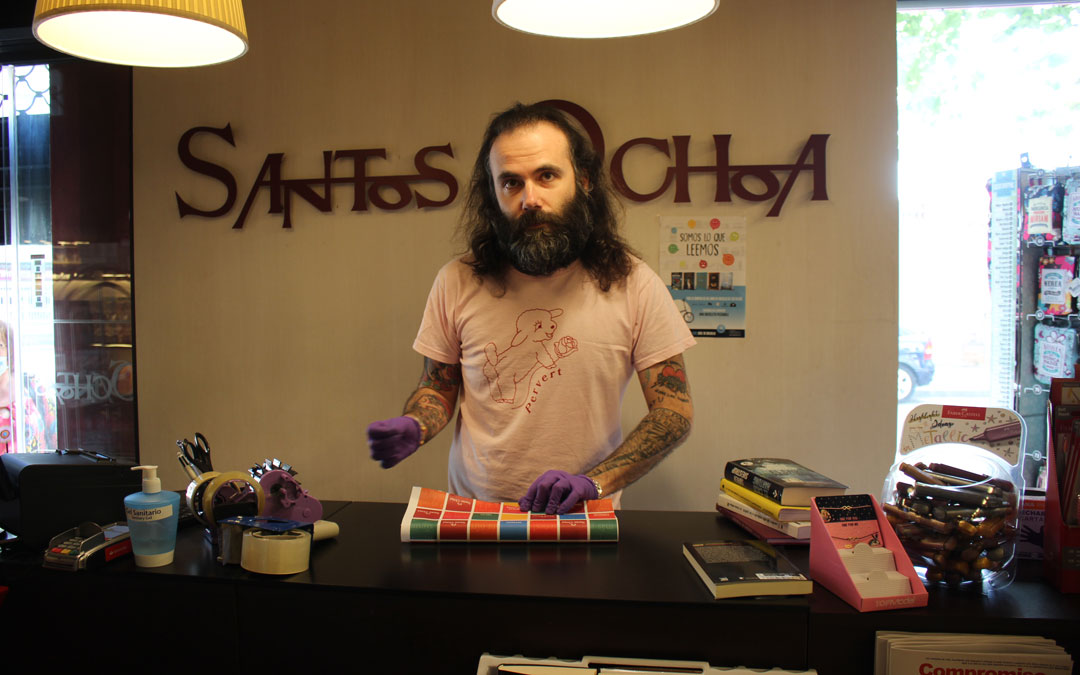 Eugenio Ramo, al frente de la librería Santos Ochoa en Alcañiz. / L. Castel