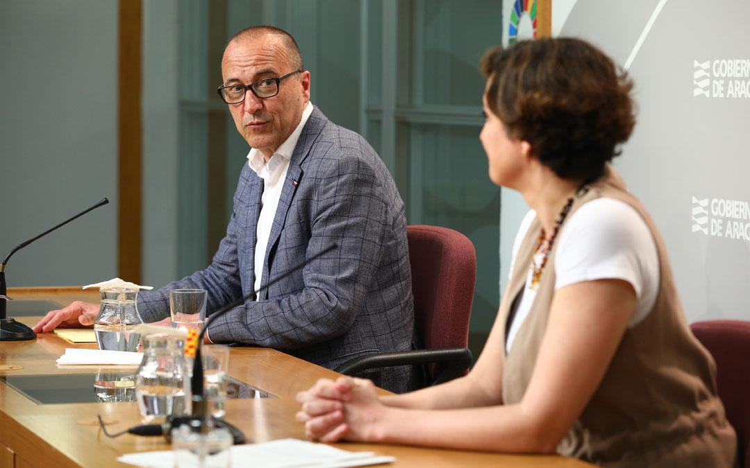 El consejero de Educación, Felipe Faci, y la directora general de Planificación, Ana Montagud, en rueda de prensa. / DGA