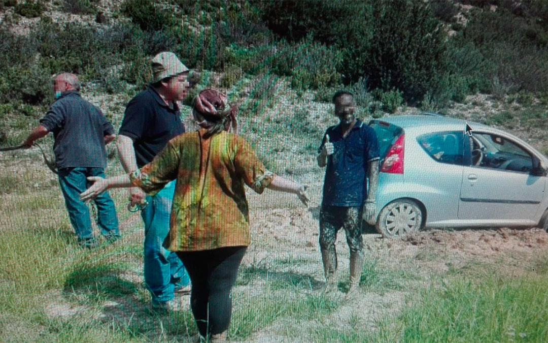 Los dos franceses junto al agricultor que fue a ayudarles a sacar el vehículo y el alcalde de Ejulve./ Ovidio Ortín