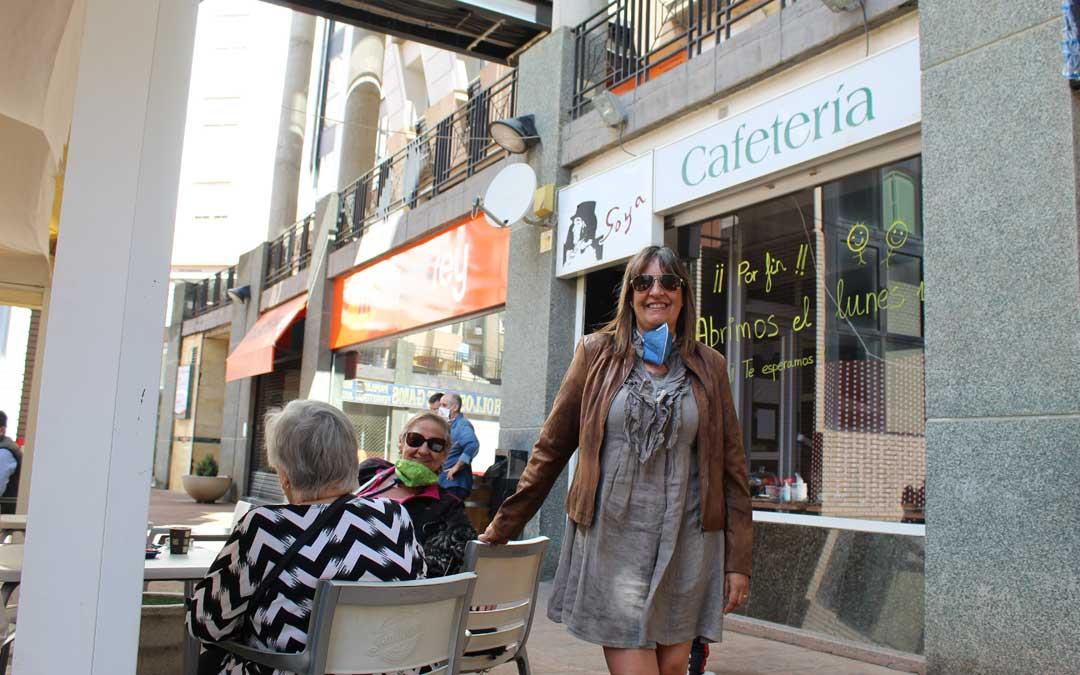 Mª José Amor, con una de sus clientas en la terraza de la Cafetería Goya de Alcañiz que este lunes tuvo muy buena acogida. / B. S.