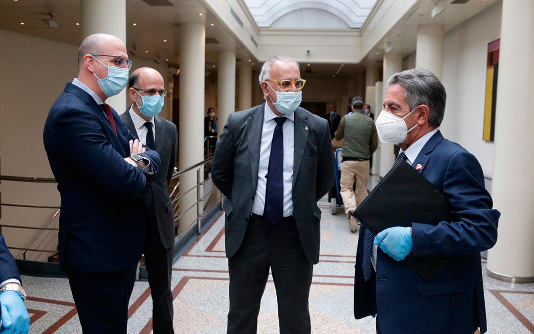 Senadores del Grupo Mixto junto a Miguel Ángel Revilla. A la izquierda, Joaquín Egea, de Teruel Existe./ Teruel Existe
