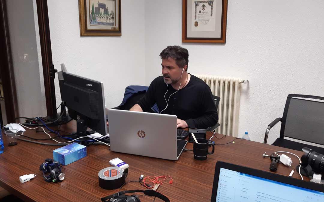 José Ángel Guimerá en el set de realización en el interior del ayuntamiento hijarano para la retransmisión vía streaming del Romper la Hora. / B. Severino