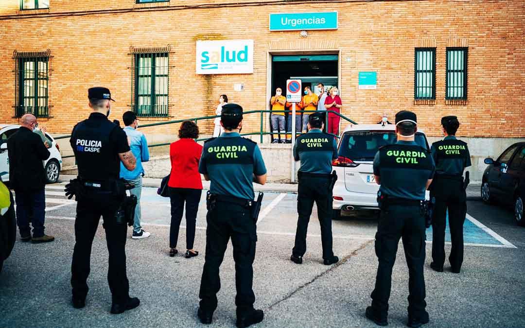 Representantes municipales, las fuerzas del orden de la localidad y vecinos anónimos se acercaron este domingo por la tarde al Centro de Salud de Caspe para realizar un último homenaje a sus trabajadores. Imagen: Cesáreo Larrosa