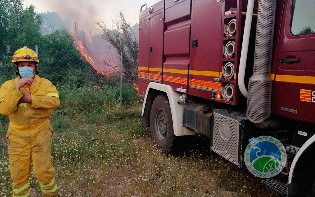 Incendio en una zona de masicos cercana al puente de la Alberca en el río Guadalope (Alcañiz)./ AAPNA