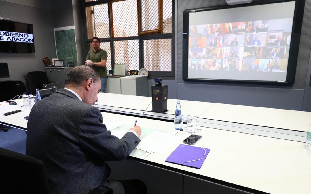 El presidente de Aragón, en la octava videoconferencia con Sánchez y los responsables de las comunidades autónomas. / DGA