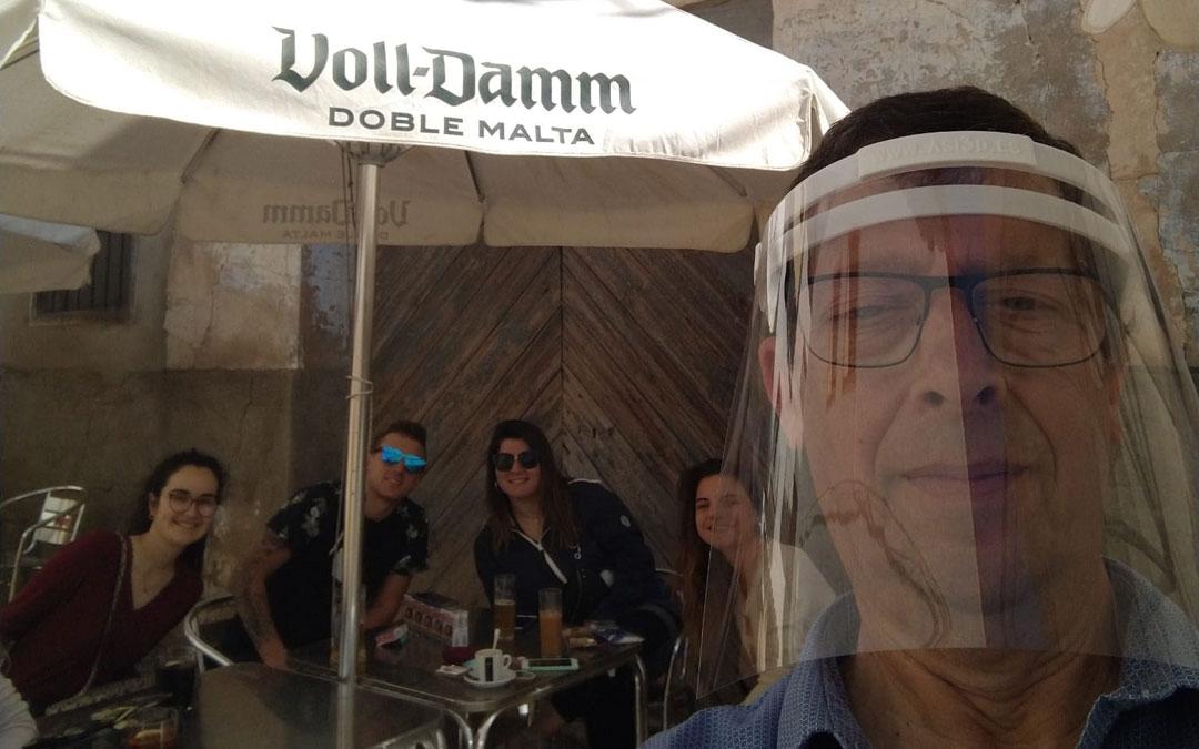 Javier Fustero, este 11 de mayo bien preparado en su terraza del Bar El Kiosko de Albalate del Arzobispo.