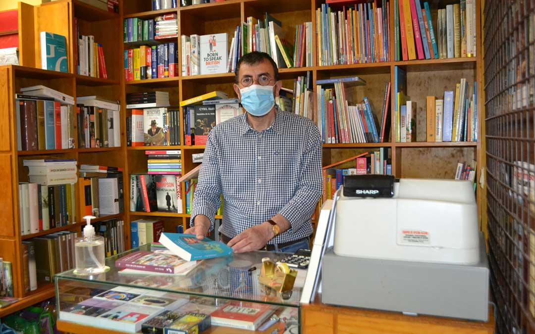 Miguel Ibáñez, en su librería en Alcañiz, preparado con las medidas ante el Covid-19. / J. Vílchez
