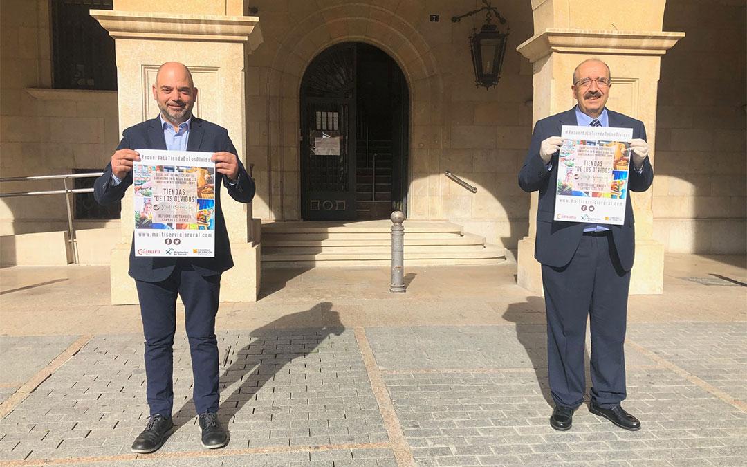 El presidente de la DPT, Manuel Rando, y el presidente de Cámara Teruel, Antonio Santa Isabel, con el cartel de la campaña./ DPT