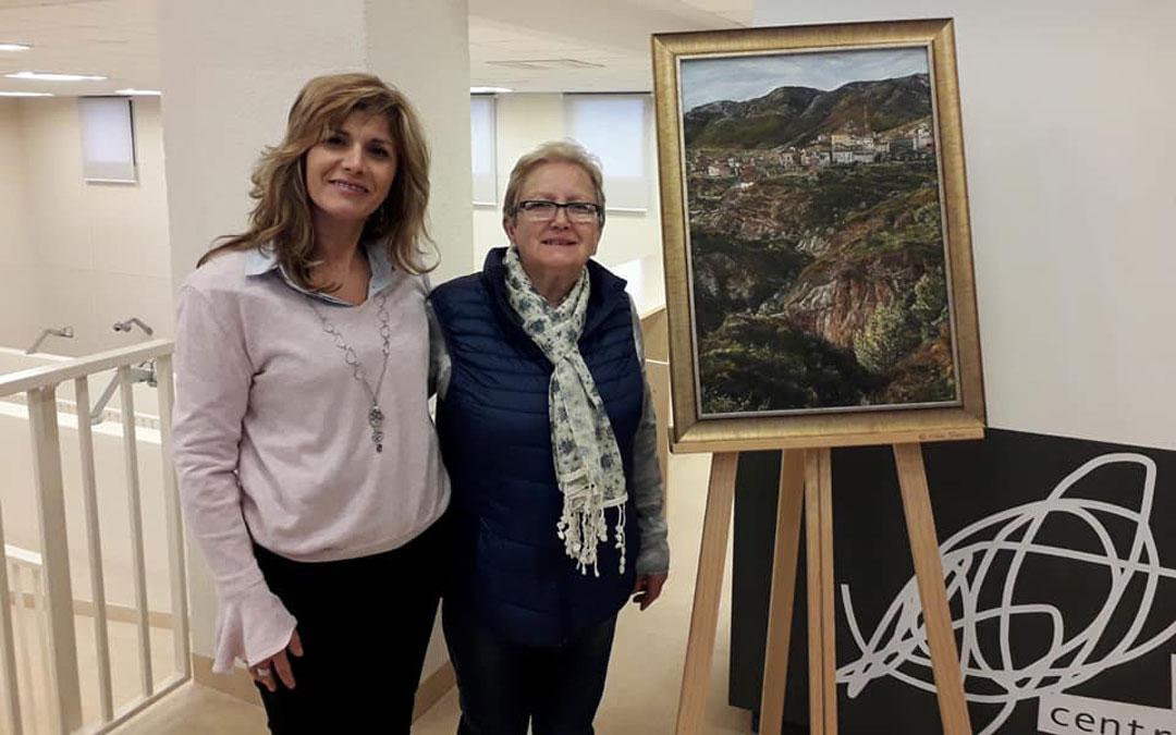 Marisol Carod con la alcaldesa de Crivillén, Josefa Lecina, y el cuadro adquirido para exhibirse en el Centro de Arte Contemporáneo Pablo Serrano. / Blog: Crivillense