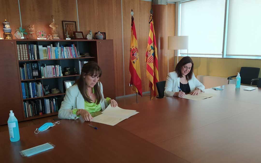 La consejera de Sanidad, Sira Repollés, ha firmado el convenio con la presidenta del Consejo General de Colegios de Farmaceúticos de Aragón, Raquel García Fuentes / DGA