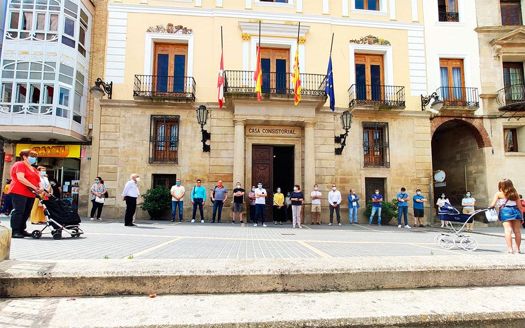 Minuto de silencio por las víctimas del coronavirus en Caspe./ L.C.