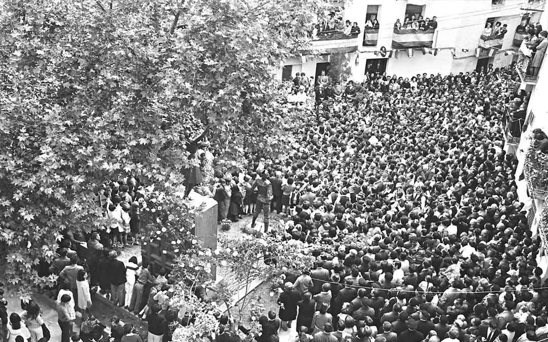 Ni un alfiler en la Plaza Aragón de Albalate durante el acto de inauguración de su Monumento a la Jota cantada y bailada./ Archivo Andrés Serrano