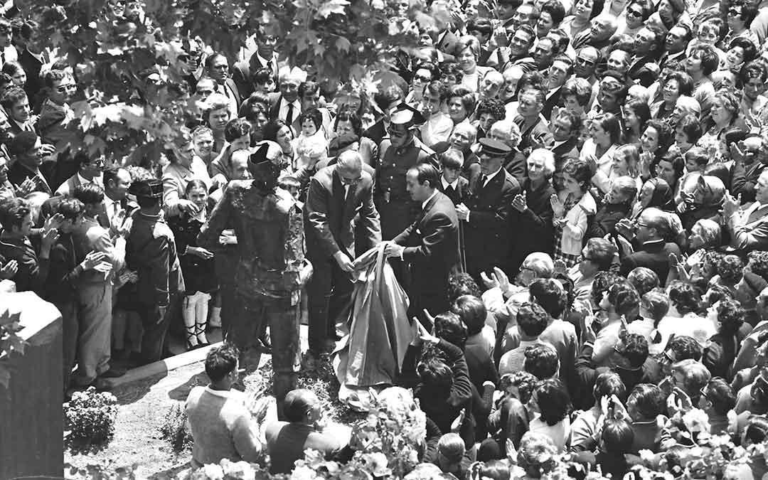 Momento en el que las autoridades destapan una de las figuras ./ Archivo Andrés Serrano