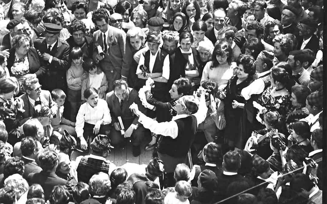 Alfonso Zapater y María Pilar Trullenque bailan en el acto de inauguración del Monumento a la Jota./ Archivo Andrés Serrano